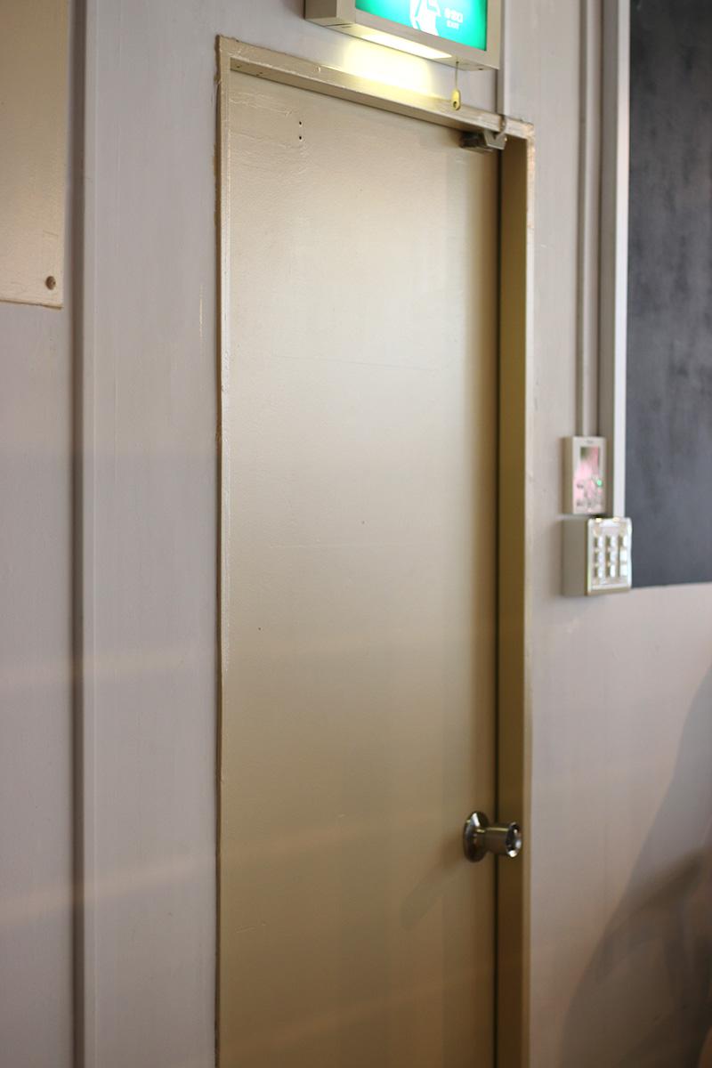 ドアの色塗り